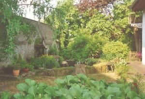 FlachsHauS: im Garten der Villa